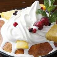 ふわふわのホットケーキに、たっぷりのソフトクリームと甘酸っぱいベリー。女性の大好きを集めた一皿です。