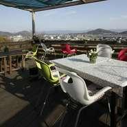 日差しが心地よく感じられる季節には、テラスでの食事をおすすめ。高台にお店があるので、阿讃山脈の稜線が見渡せます。美しい景色と美味しい料理に瞳もお腹も大満足。料理がさらに美味しく感じられるでしょう。