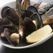 ムール貝の白ワイン蒸しを豪快にバケツに盛りました!! 2~3人で楽しくお召し上がりください!