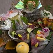 経験豊富な料理人自ら仕入れに赴き、確かな目で選び抜いた旬の鮮魚。地元のブランド食材…。良質な食材を中心とした季節のコースで特別な1日を演出してくれます。