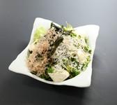 毎日市場で仕入れる新鮮野菜のみ使用したサラダ。鮮度の良さを実感できます。