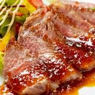 選び抜いたA5ランクのステーキ。お肉の旨みをぐっと引き立てる、自家製のステーキソースでお召し上がりください。