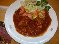 蓬田産のトマトに青森ニンニクと玉葱のまっ赤なピリ辛ソースで豚スペアリブを煮込んでいます ジューシー!