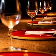 メニューには、前菜やメイン料理などそれぞれに合うおすすめワインが記載してあるなど、ワインの品揃えにも力を入れています。じっくりとお料理を味わいながらワインを楽しめるお店です。