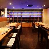 鮮度にこだわった魚介や豊富なお酒を満喫できる心地よい店
