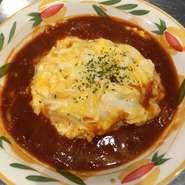 特選デミグラスソースをかけたとろとろ卵のオムライス、サラダ、スープ、ドリンク