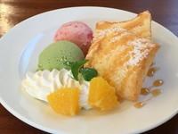 二種類のアイスとその日の手作りケーキ、ホイップやフルーツが飾られお得なプレートです。