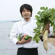 海の厳しさと大地の温かさから生まれる野菜の数々。自然と共存しながら、季節に応じた野菜を数々育てています。精魂込めて育てた野菜は、何よりも甘く美味しい。その、野菜本来の味を生かした料理を作り続けます。