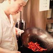 「心をこめた料理をリーズナブルな価格でお腹一杯になってもらいたい!」 長年、修行を積んだ料理人は、中国各地の料理店で実力発揮していました。 麺にも手を抜かず、毎日、自分の手で製麺しています。