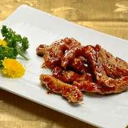 噛むと旨みがでる豚肉とまろやかな酸味の黒酢あんが当店人気の一品です。