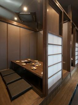同窓会や接待に相応しい、落ち着いた雰囲気の個室空間