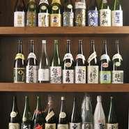 厳選した25種の日本酒をはじめ、こだわりの焼酎やワイン、カクテルなど様々な種類のお酒が取り揃えられています。美味しいお酒を熟知した酒屋さんが選んでいるので、お料理との相性もピッタリです。