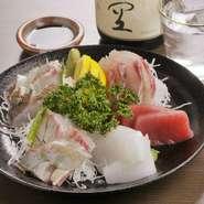 旬の新鮮な魚介類の刺身を盛合せにしました。鮮度の良さが自慢です。仕入れにより内容が変わります。