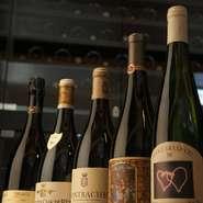 フランス滞在時代、一緒に料理をつくってパーティを楽しむなど、交流をしていたフランスの友人たちがつくったワインを中心として、豊富な種類の厳選されたものばかりが取りそろえてあります。