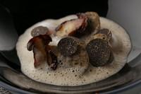 フランス産の雌雉を使い、雉の骨からとったコンソメとトリュフにクリームを加えた白いソーセージです。