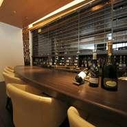 バーカウンターのおくにあるセラーには、フランスを中心に種類豊富なワインが並びます。