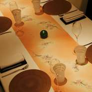 匠の技が光る個室は、上品な雰囲気。大切な方を招いての接待や、会食などにも最適です。