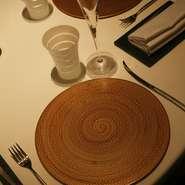 こだわり抜いたシェフの姿勢が感じられるテーブルから、器に盛られる料理への期待が膨らみます。