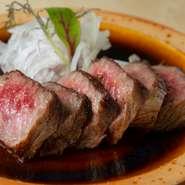 上品なサシが入った、島根和牛のステーキ。たまねぎ、りんご、地元の醤油でつくる、さっぱりとした「自家製ステーキソース」は、やわらかいお肉と相性抜群です。