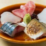 大社港を中心に、県内外の新鮮な魚を存分に味わえます。本日のお刺身から、自分の好みで5種選ぶことができるのも嬉しいかぎり。