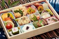 人気のチラシ寿司が入ったお弁当です  ◆【つわぶき】穴子の箱寿司/細巻き ◆【さんざし】いなり/細巻き
