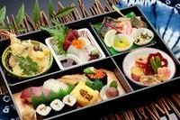 たっぷりの連島産れんこんのすり身を岡山県産豚肉で巻いたカツと季節の料理、 ご飯は、鰻ご飯、ミネラルたっぷり枝豆入り茶飯  蓮勝/うなぎ/蕎麦が入った豪華弁当♪