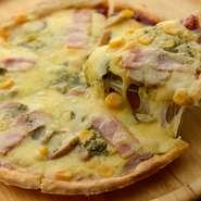 8種類揃う『手づくりピザ』は、ふっくらとしたパン生地が特徴でバラエティ豊かな逸品揃い。食べ応えがあり、パーティーでも人気です。新メニューのお好み風ライスピザもぜひお試しくださいませ。