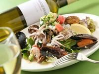 コヤリイカ、ムール貝、エビ、アサリなどたっぷりの魚介と野菜を、オリジナルドレッシングでどうぞ