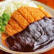 言わずと知れた名古屋のB級グルメの一つ。甘く、こってりとした赤みその風味が、とんかつと相性抜群です。