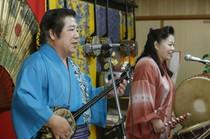 沖縄ムードたっぷりのステージで民謡ライヴを楽しんでください