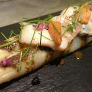 ホワイトアスパラと旬の魚介、鮑の肝とトリュフのソース