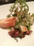 マリネ、スモークした桜鱒を皮目だけ香ばしく焼き上げて半生で。 エンドウ豆、筍、蛍烏賊、春いっぱいの1皿