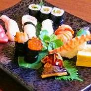 店主が厳選して仕入れた旬の魚介を揃えて華やかな一皿に。内容は仕入れによって変わるとのことですが、特に新鮮なマグロはこだわって使用しているそう。