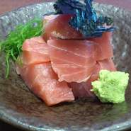 お店で使う素材の多くは店長が厳選した旬の天然魚介。特にマグロは天然の『本まぐろ』にこだわり、仕入れをしています。