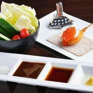 刺身でも食べられる新鮮で脂ののったサーモンに国産いくらをたっぷりとトッピング。塩、ソースをお好みで。