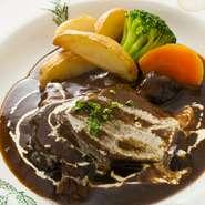 【イートイン税込2035円/テイクアウト税込1998円】  フォークをのせるだけでほろりとお肉が崩れます。一口食べると、お肉がとろけてなくなるほどの柔らかさ。  Beef stew (cheek meat)