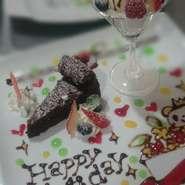 誕生日などの記念日のお客様にはケーキを特別仕様にしてご提供しています。 事前のご予約をいただければ、ホールケーキにも対応いたします。