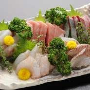 仕入れはなるべく天然のもので、というオーナーのポリシーが光る一品。魚介の旬を味わえます。