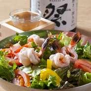 日本酒好きにはたまらない、岩国の地酒も用意。【てつまる】 自慢の鉄板鍋を、『獺祭』や、『冷酒 錦乃誉』と一緒に楽しめる点は、県外から店を訪れる方からも好評です。