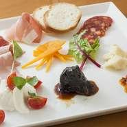 生ハムやチーズなど、素材にこだわった『前菜の盛り合わせ』。ワインがそれぞれの味を際立たせます。