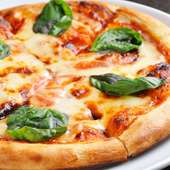 自慢のオムライスとならんで人気のピザも是非!