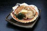 北海道野付産の特大帆立を焼き、醤油とバターをのせて。プリプリッとした帆立の風味が贅沢に味わえます。