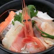 鮮度抜群の旬の魚介をふんだんに使用した一皿。その日に仕入れたおいしいものがたっぷりです。