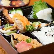 焼き物や小鉢、揚げ物など、さまざまな料理が一度に楽しめます。味も彩りも栄養のバランスもばっちりです。
