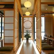建具や調度品に、和の建築の気持ちよさを実感する二階の廊下。浅草散策のあとの休憩を兼ねた昼食、また美味しいお酒を楽しみながらリラックスして過ごす晩が、素敵な記憶として残ります。