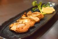 広島県の牡蠣を高火力の鉄板で一気に焼き上げます。