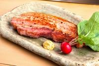 分厚く切ったベーコンをステーキに。贅沢な一品