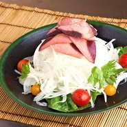 淡路島産の玉ねぎと、その場で削る半生のかつお節 王道のサラダを極めた一品です