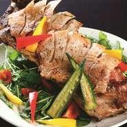 新鮮な豚肉を、シンプルに塩こしょうで味つけし、オーブンで焼き上げました。ボリュームたっぷりできっとご満足いただける、目にも楽しい一品です。季節の野菜も合わせてお召し上がりください。