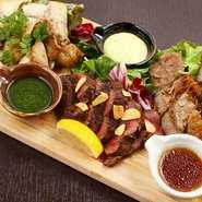 牛、豚、鶏すべて、発注から2日以内に使用する新鮮さが当店のモットーです。大量発注や店舗とりおきはしないため、品切れになることもあります。新鮮かつボリュームたっぷりで提供する肉料理をご堪能ください。